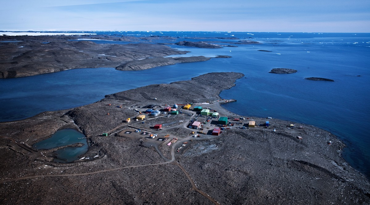 A recent aerial photo of Davis research station. © Davis Barringhaus/Australian Antarctic Division